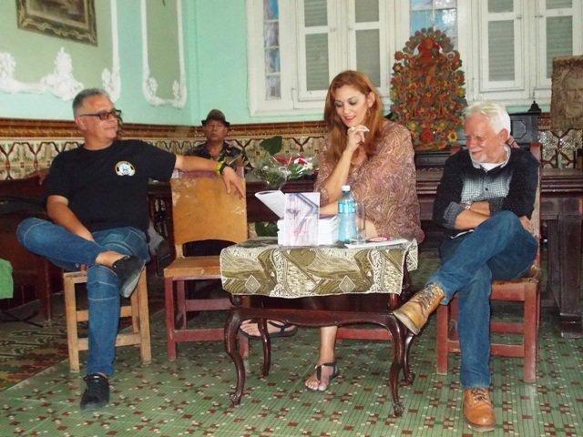 Orlando Berges, Director de la Casa del Caribe, Lisa González y Andrés Caldas, actor y promotor cultural, el libro.
