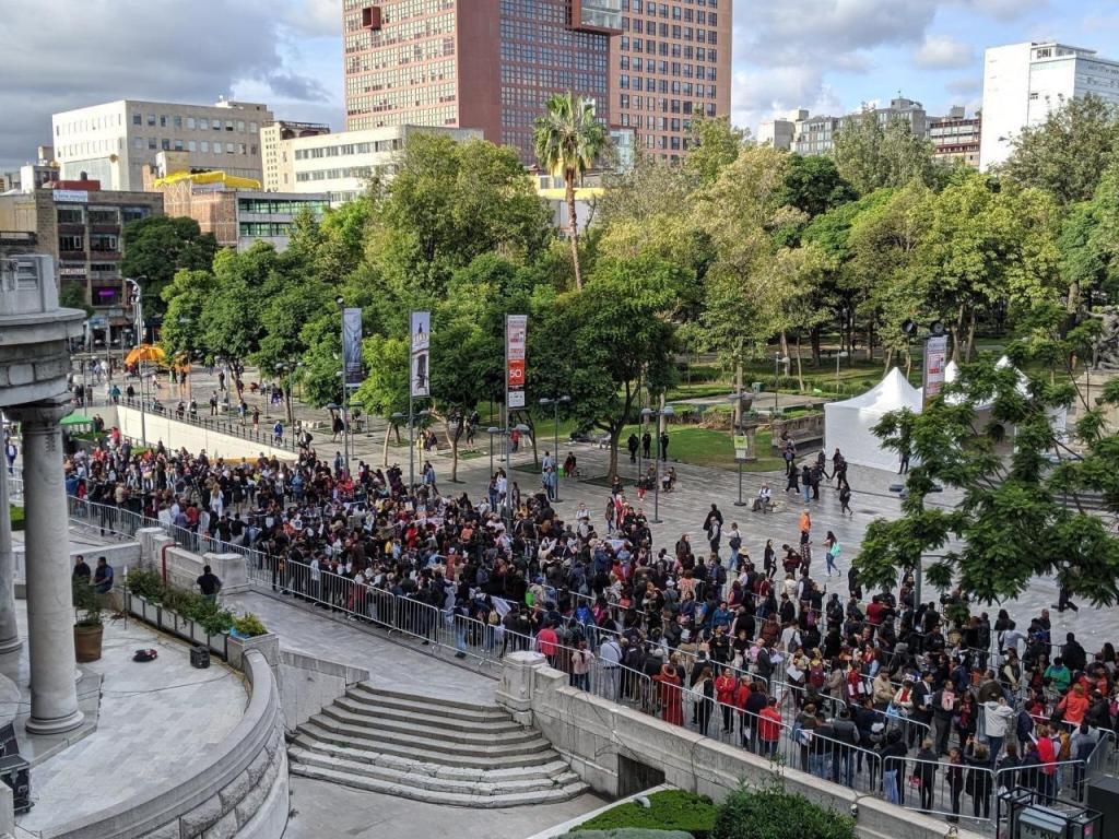 Centenas de personas en el exterior del Palacio de Bellas Artes